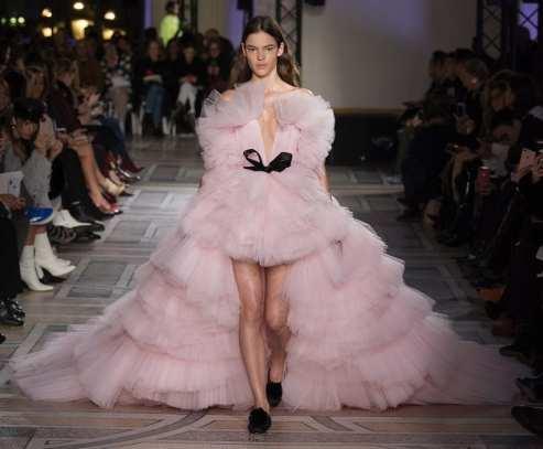 оригинальное дорогое свадебное платье с очень пышной юбкой