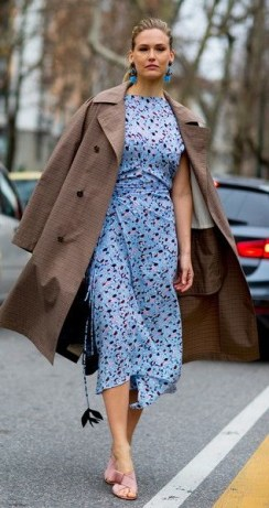 как носить модный голубой цвет весна 18