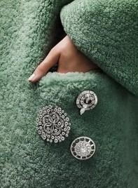 оригинальный способ носить брошь на пальто на кармане