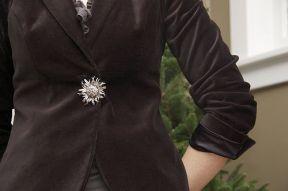 как модно носить брошь - вместо пуговицы