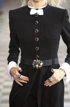 оригинальный способ стильно носить брошь на талии