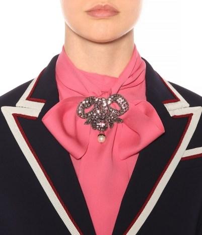 как правильно стильно носить брошь Gucciв офисе дресс-код