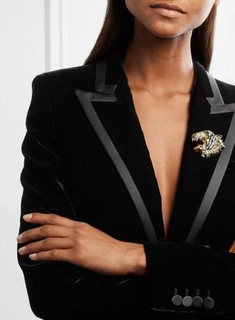 как правильно стильно носить брошь Gucci в офисе дресс-код