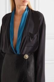 как модно носить брошь на талии