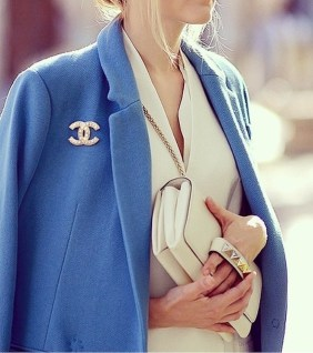 как модно носить брошь Шанель