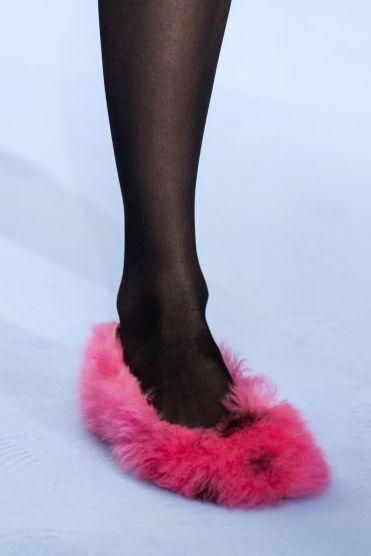 модные тенденции обувь 2020 пушистые тапочки