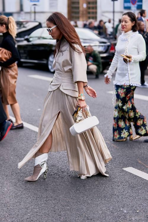 модная юбка плиссе с разрезом с чем носить