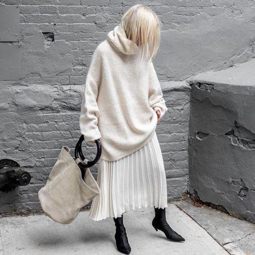 женственные образы с юбкой плиссе и пуловером