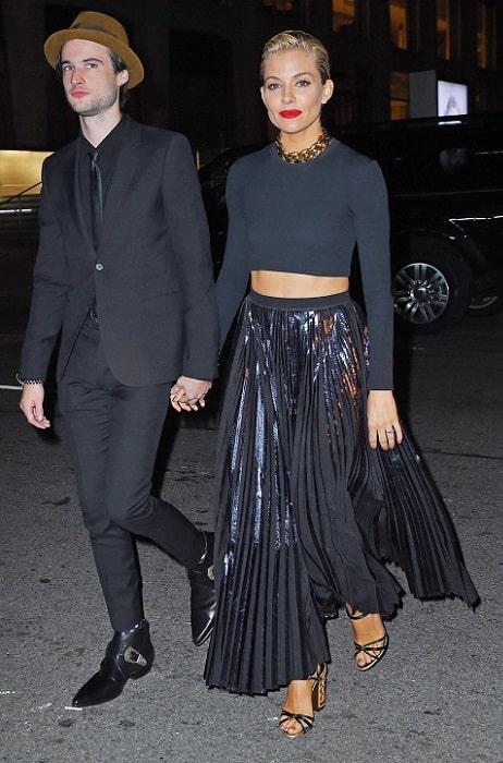 мода 2020 с чем носить длинную черную юбку плсе