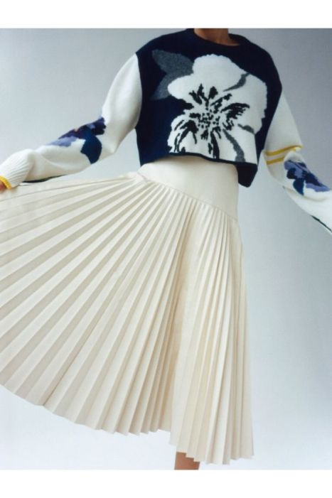 белая юбка плиссе с пуловером и свиншотом