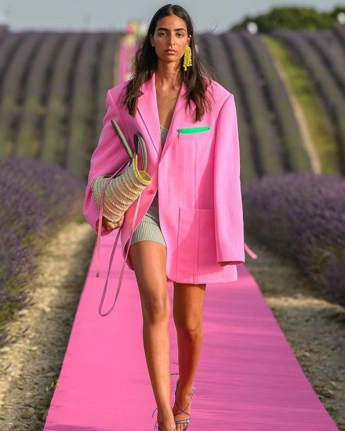 как стильно носить модный розовый цвет в 2021 году Пантон