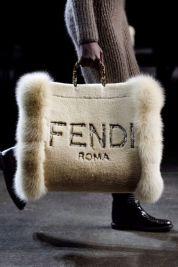 модные сумки осень зима 2021 2022 тренд меховые пушистые сумки