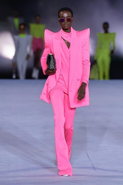 модные костюмы женские 2021 тренд костюм с широкими плечами