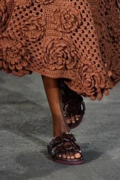 модная обувь весна лето 2021 тренд шлепанцы