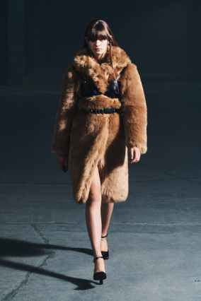 модные тенденции женской одежды осень зима 2021 шубы и меховые сапоги