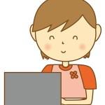 PCを操作する女性