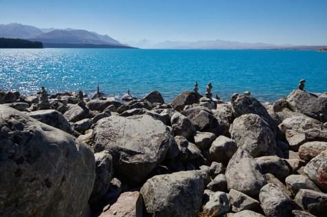 Pukaki, Lake, See, Aussicht, Steinmännchen, Steinfiguren, view, Gletschersee, blau, hellblaues Wasser