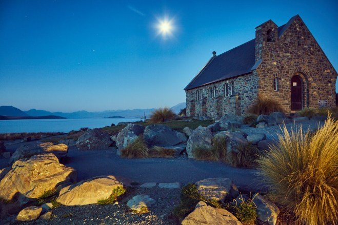 Church oft he good shepherd, Church, Kirche, Wahrzeichen, Lake Tekapo, Neuseeland, New Zealand, Südinsel, South Island, bei Nacht, Abend, Nachtaufnahme, Night photo, Miles and Shores, Reiseblog, blaue Stunde