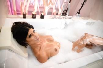 Micaela Schäfer nackt in der Badewanne