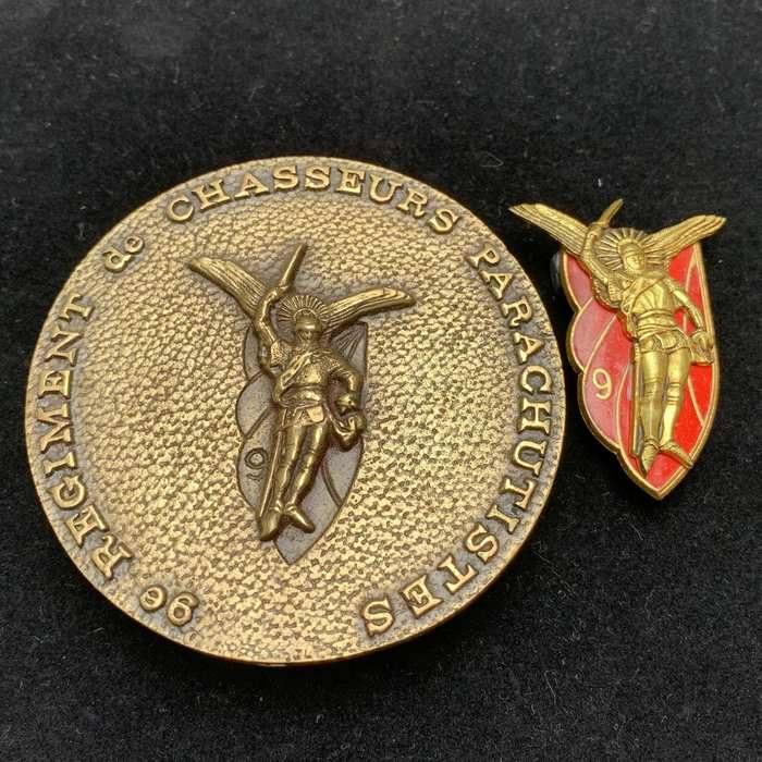 French 9th Regiment De Chasseurs PARACHUTE COMMANDO Insignia DRAGO G1366 + Coin
