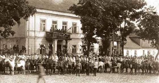 Polish cavalry on parade in Lithuania. (Image source: WikiCommons)