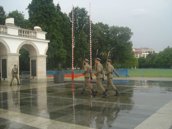 An honour guard stands watch over the Polish unknown soldier memorial. (Image source: WikiCommons)