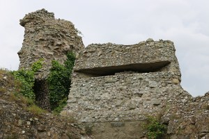 A machine gun nest concealed in the rubble of the ancient Norman fortress of Pevensey. (image source: MilitaryHistoryNow.com)