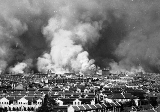 Shanghai burns, August 1937. More than 200,000 Chinese, mostly civilians, perished in the Japanese onslaught. (Image source: WikiCommons)