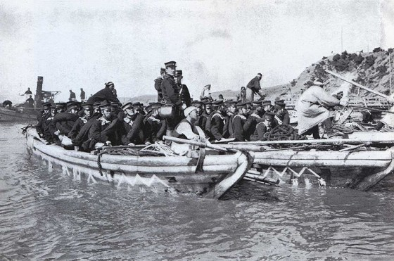 Japanese soldiers cross the Yalu River, 1904. (Image source: WikiCommons)