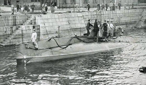 The Japanese navy takes posession of an American-made Holland-class submarine. (Image source: WikiCommons)