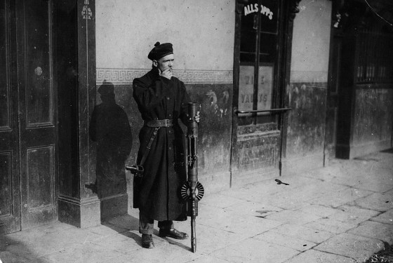 A Black and Tan soldier stands watch in Dublin. (Image source: WikiCommons)