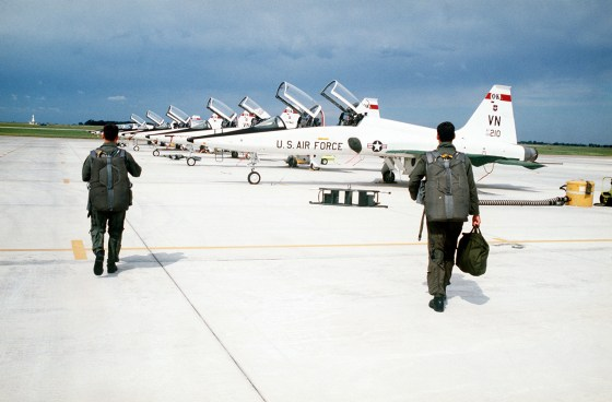 Before being certified to fly frontline combat planes, rookie pilots hone their skills on advanced trainers. Two aviation writers provide MHN with their pics for the most important American training aircraft of the Cold War. (Image source: WikiCommons)