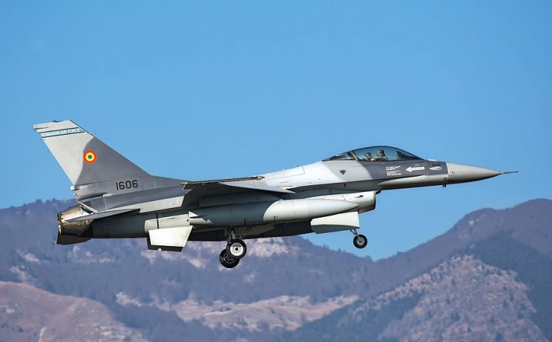 FAR F-16AM #1606 is coming in for landing at Aviano AB on December 15th, 2016 en route for delivery to Romania.
