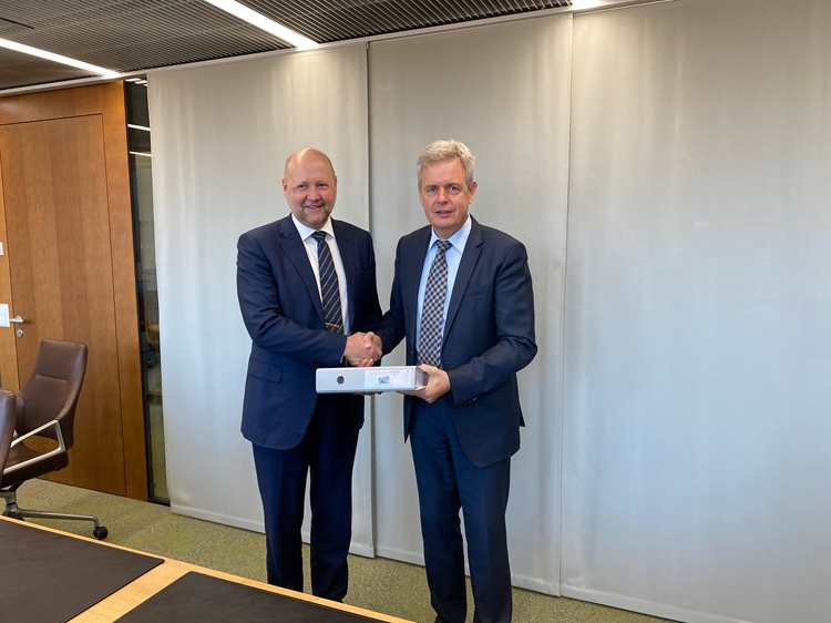 Pål E. Bratlie, Executive Vice President Protech Systems, Kongsberg Defence & Aerospace and Mr. Martin Sonderegger, National Armament Director, armasuisse, signing the aggrement today.