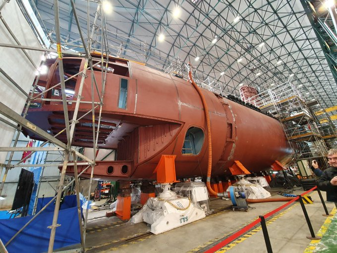 After having been lengthened by 7 meters to restore its buoyancy, Spain's Navantia shipyard has closed the pressure hull of its first S-80 submarine, the S-81 'Isaac Peral,' now due to be re-launched in October 2020.