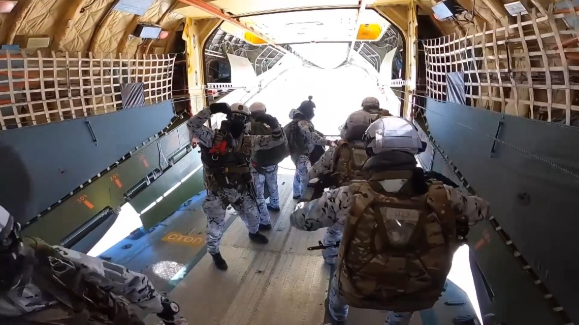 Russian Paratroopers Jump at 10,000 Meters Over Arctic Base
