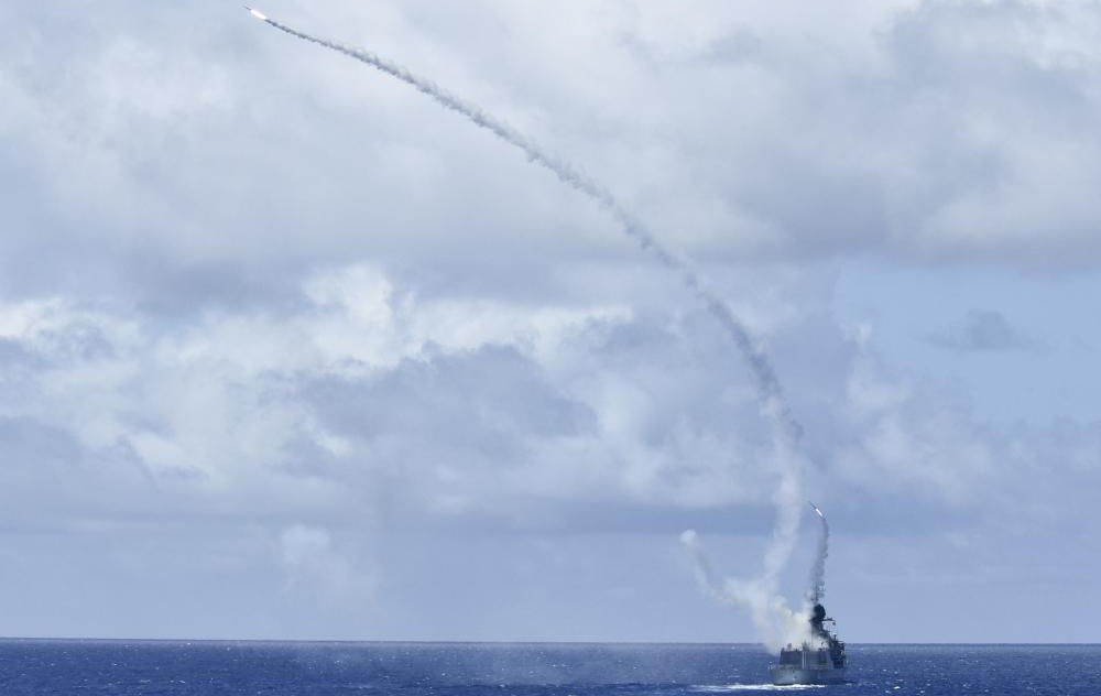 Two ESSM missiles are simultaneously launched from a Royal Australian Navy Anzac Class frigate HMAS Ballarat (FFH 155) as part of a live-fire exercise. (Photo: U.S. Navy)