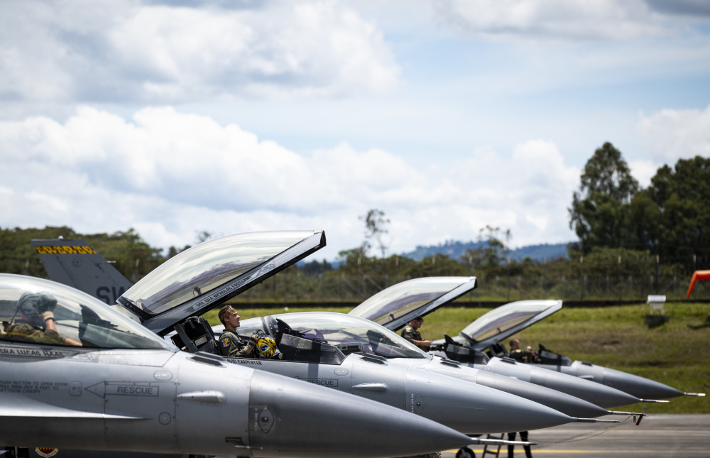 A U.S. Air Force pilot assigned to the 79th Expeditionary Fighter Squadron lifts the canopy of an F-16 Fighting Falcon during Exercise Relampago VI at Comando Aereo de Combate Number 5 (CACOM 5) in Rionegro, Colombia, July 13, 2021.