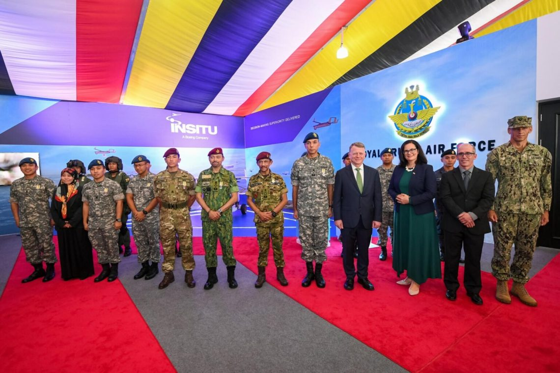 Chargé d'Affaires Emily Fleckner was pleased to meet His Majesty the Sultan at the unveiling of the Insitu (a Boeing subsidiary) unmanned aerial system.