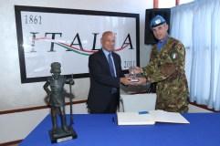 Il Generale Olla dona la statua di un granatiere con l'uniforme del 1848