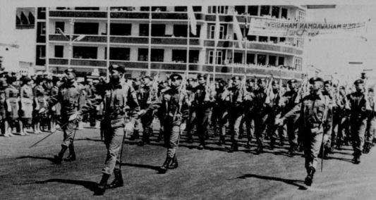 Devile Pasukan Resimen Mahasiswa Mahawarman Batalyon I ITB sepanjang jalan Asia- Afrika menuju alun-alun kota Bandung pada tahun 1965