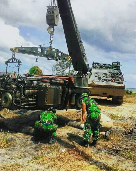 Mesin Tank Leopard harus digotong keluar oleh Bergepanzer. Foto: formil kaskus.