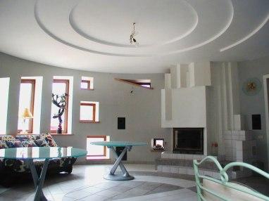 Интерьер круглой гостиной. Камин
