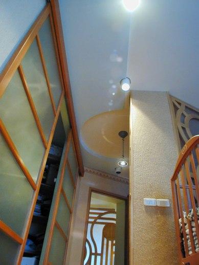 Дизайн интерьера квартиры. Сдвижная дверь в гадеробную