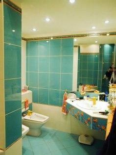 Дизайн квартиры в мансарде. Интерьер ванной комнаты