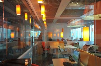 Дизайн интерьера офиса в стиле хай-тек. Стекло