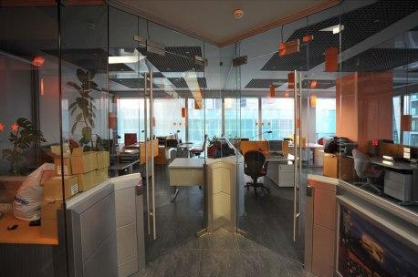 Дизайн интерьера офиса в стиле хай-тек. Вид из коридора на офисы