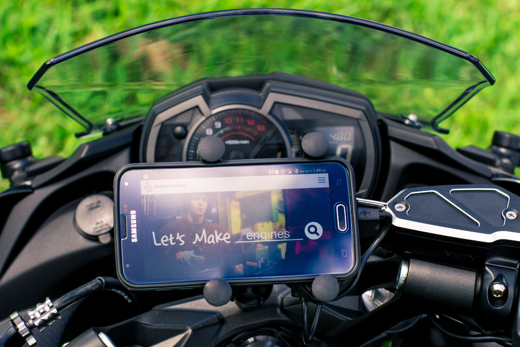 And this is how the Ram Mount motorcycle phone holder looks, once installed.