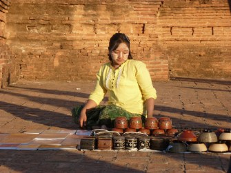 Burmesin mit der typischen Schminke