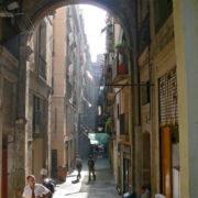 Barcelone, quartier des Remblas, Le marché de la Boqueria; ruelle adjacente